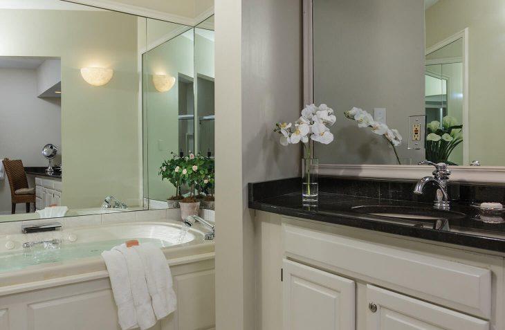Harbor Light Inn - Room #25 bathroom